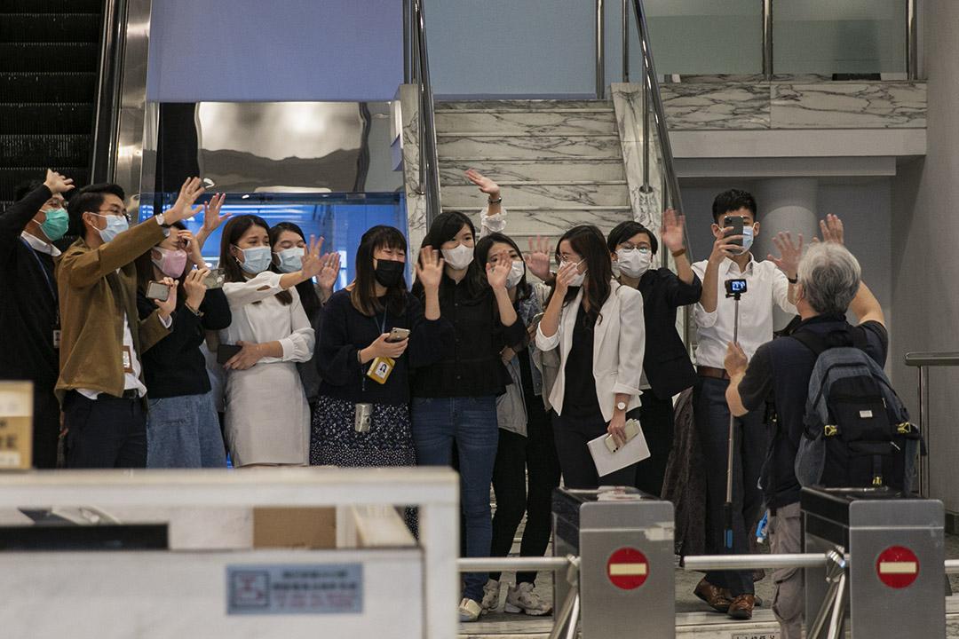 2020年12月1日有線電視台,《有線新聞》新聞部宣布裁員40人,記者們在送別一位攝影師離開。