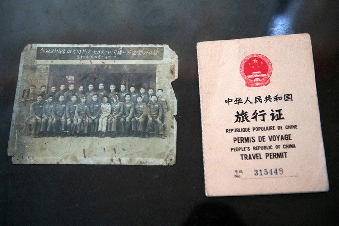 紀敦明先生與部隊的紀念合照(左),1987年紀敦明申請回大陸探親的旅行證明(右)。