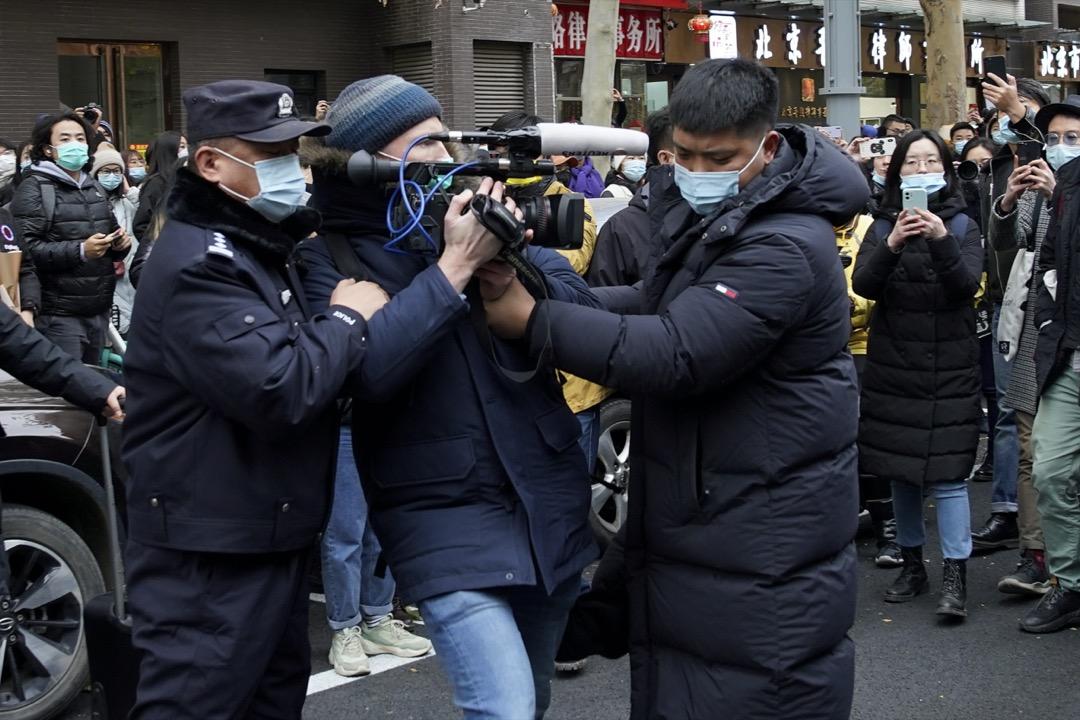 2020年12月2日,朱軍被控性騷擾案兩年後開庭,有外國媒體記者被公安阻止採訪拍攝。 攝:Andy Wong/AP/達志影像