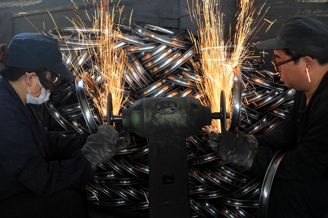 2020年10月10日中國浙江省杭州市,工廠工人製作自行車鋼圈。 攝:Hu Jianhuan/VCG via Getty Images