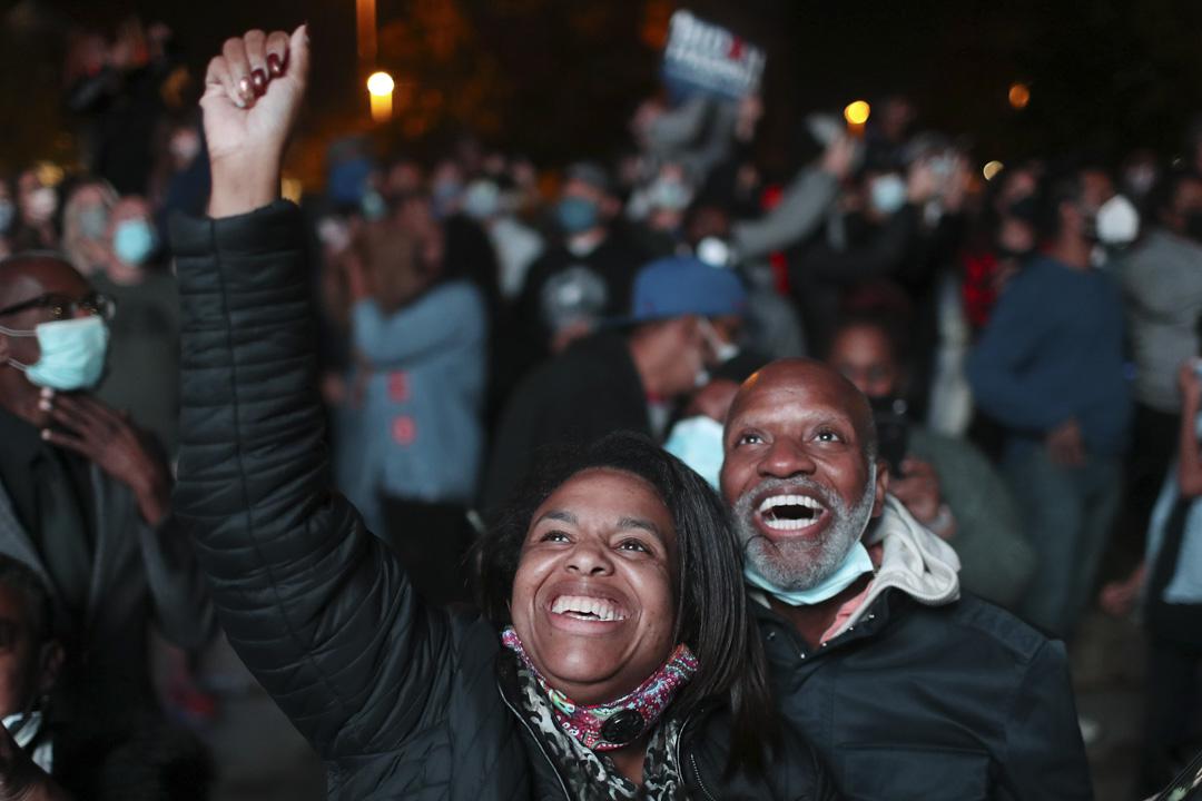 2020年11月7日,美國總統大選經過漫長的點票過程後,民主黨候選人拜登勝出選舉成為下一任美國總統,在特拉華州威爾明頓支持拜登的人們在慶祝。