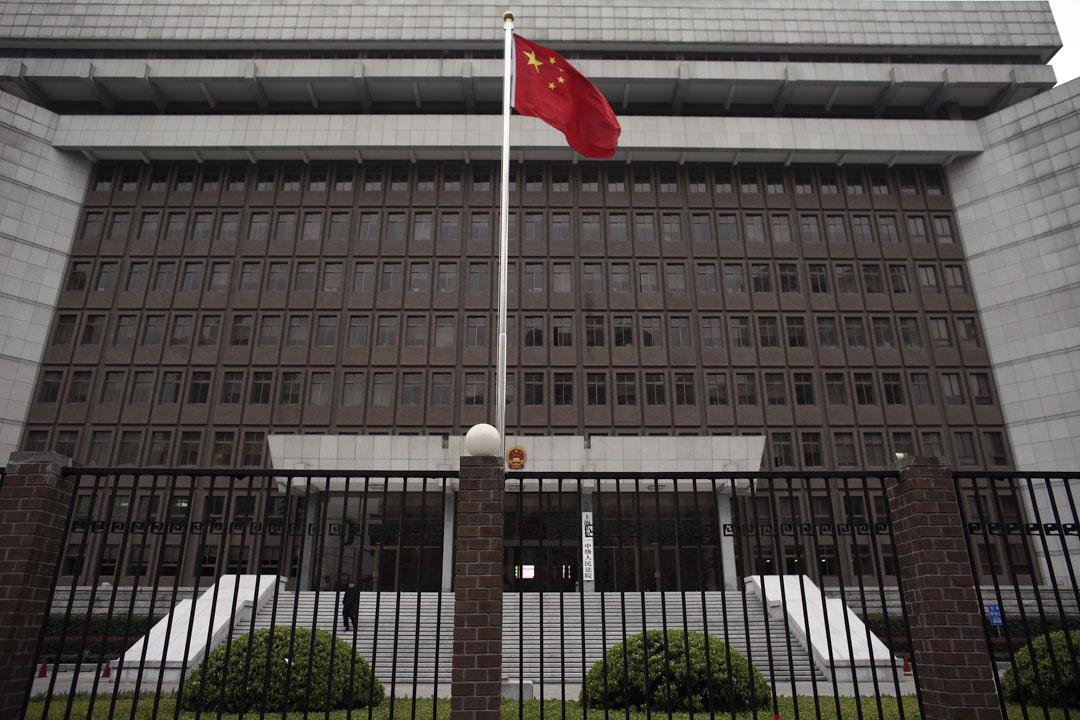 上海第一中級人民法院門外。