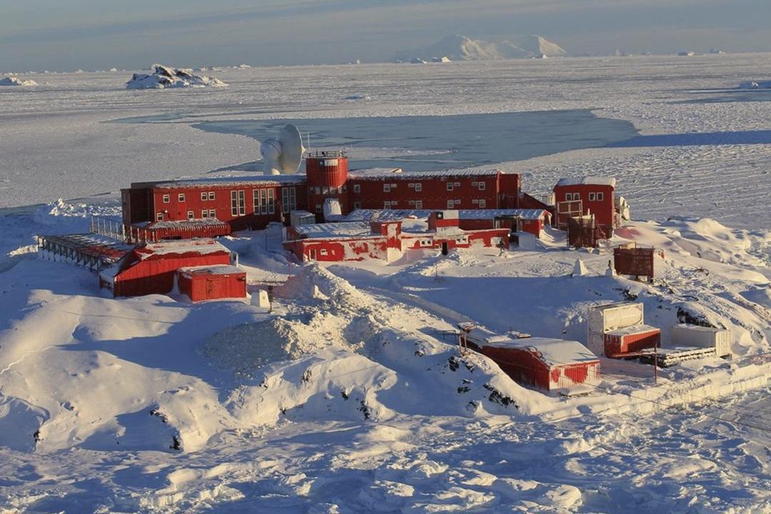 2020年12月22日,智利軍方確認在位於南極洲的奧伊金斯基地(O'Higgins Station)錄得36宗「2019 冠狀病毒」確診病例,標誌病毒正式傳遍全球七大洲。 圖片來源:Chilean Army via Reuters