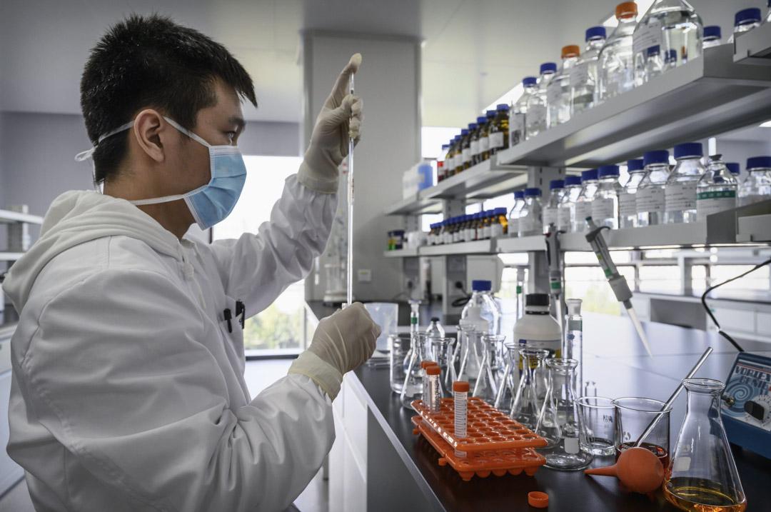 2020年9月24日,北京科興生物和中國國藥疫苗的工作人員正在為新冠疫苗進行試驗。