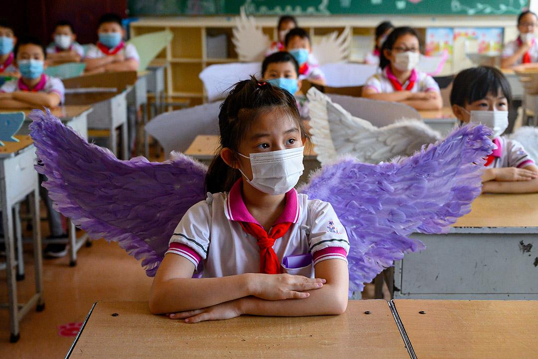 2020年6月2日太原,一所小學內戴著翼的學生。