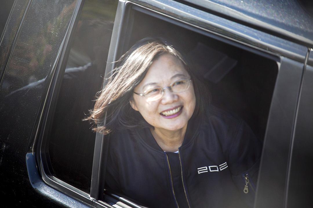 2020年1月6日,總統蔡英文出席台南的競選宣傳活動,望向車外的群眾,她於2020年1月11日高票連任總統之位。