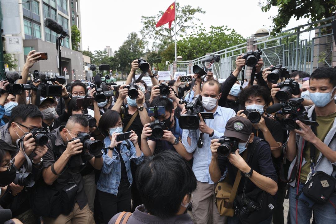 2020年11月10日,《鏗鏘集》編導蔡玉玲到粉嶺裁判法院提堂,記者在現場採訪。