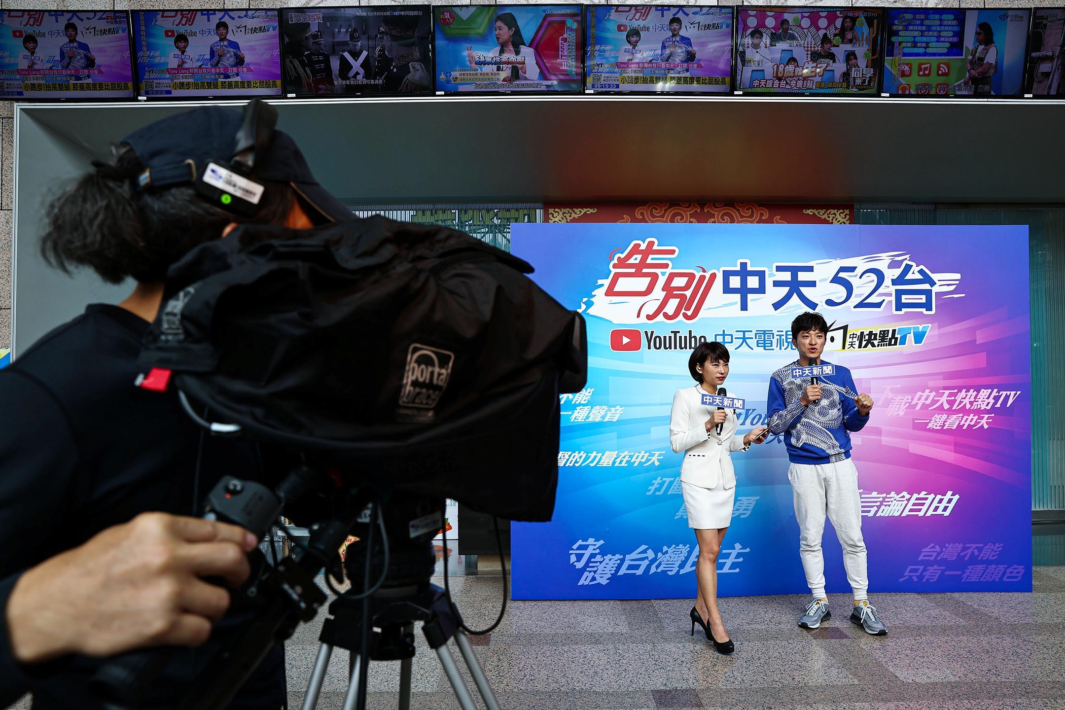 2020年12月10日台北,中天電視主持人在中天電視總部錄製新聞節目。 攝:Ann Wang/Reuters/達志影像