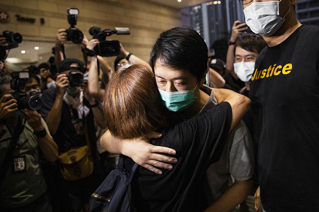 2020年8月28日,民主黨立法會議員許智峯離開法庭,與庭外支持者相擁。 攝:陳焯煇/端傳媒
