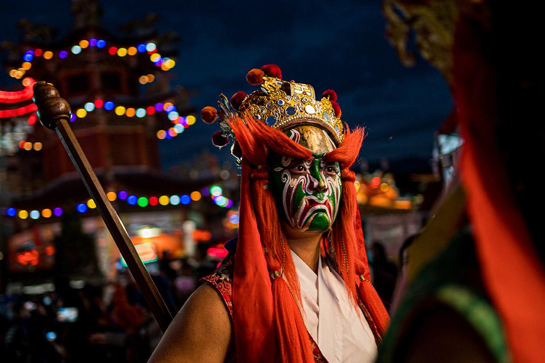 一名「官將首」在南投埔里清醮儀式中,負責保護主神、押煞。