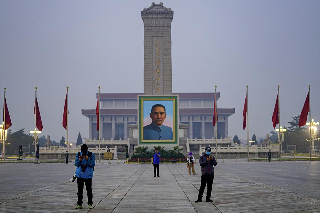 2020年5月1日北京,戴著口罩的遊客在天安門廣場國民黨領導人孫中山畫像前。