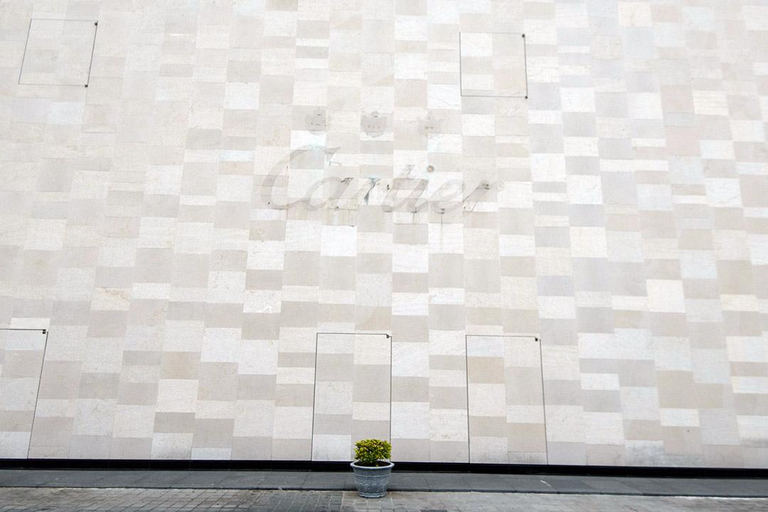 昇恆昌金湖廣場外牆剛剛卸下的名牌商標。
