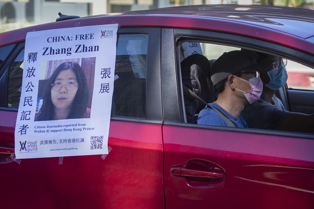 2020年11月15日在美國加州帕薩迪納,有華裔人士在座駕上貼上海報,要求中國當局釋放公民記者張展。 攝:Allen J. Schaben / Los Angeles Times via Getty Images
