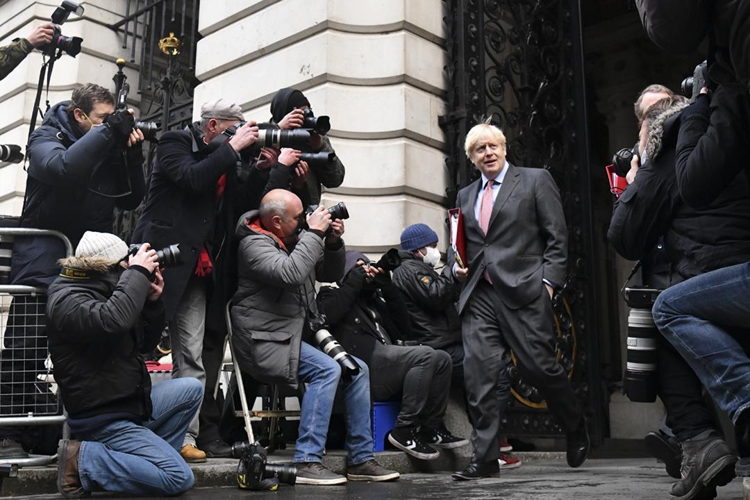 2020年12月8日在英國倫敦,首相約翰遜(Boris Johnson)出席內閣會議、討論英歐貿易談判進展過後,返回唐寧街十號。 攝:Leon Neal / Getty Images