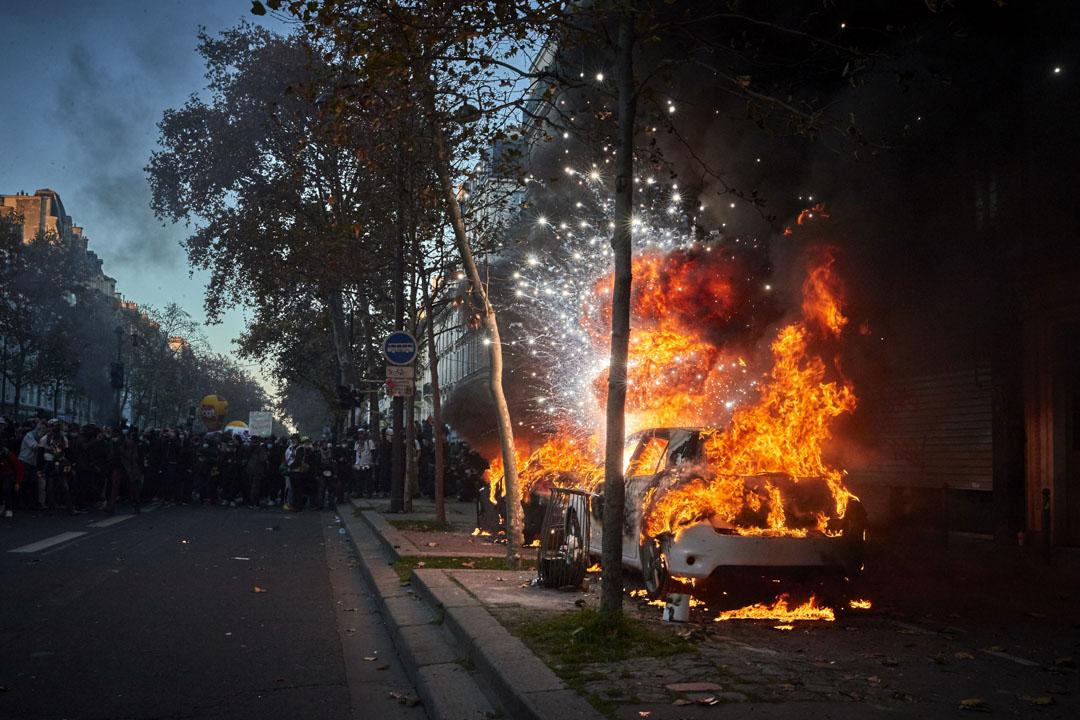 2020年11月28日,法國爆發《整體安全法》爭議,巴黎的示威演變成衝突,一輛燃燒的汽車爆炸。
