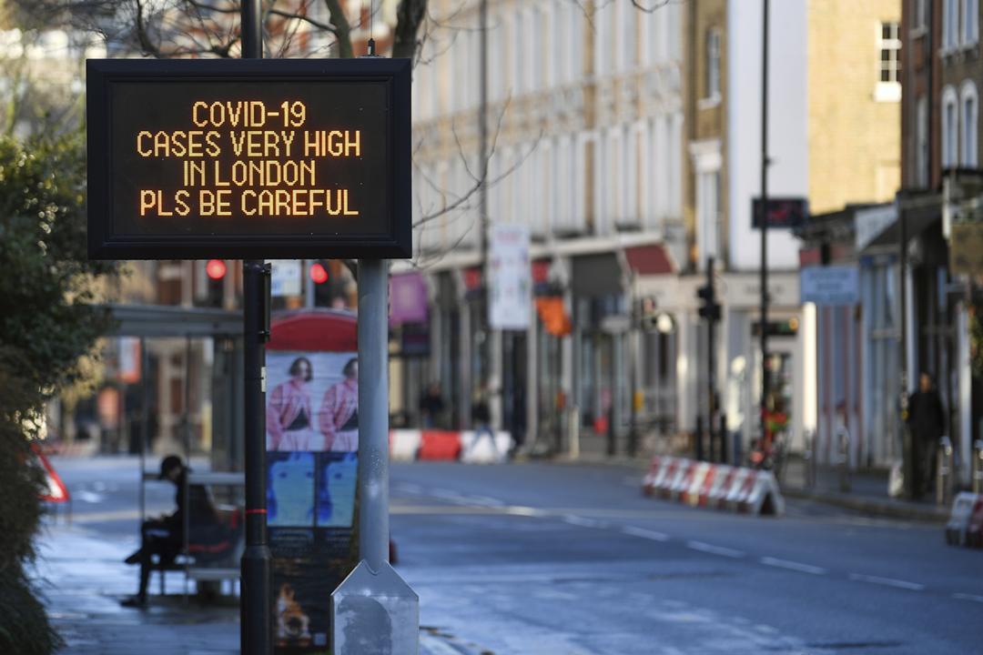 2020年12月20日在英國倫敦,一個電子告示牌展示公共衛生訊息,提醒民眾注意防疫。 攝:Toby Melville / Reuters