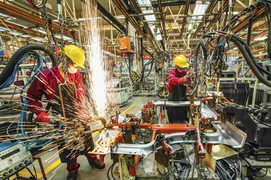2020年6月30日,工人在山東一間汽車廠的裝配線上工作。