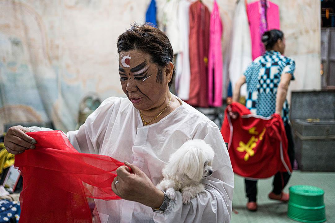 2020年台灣南投埔里祈安清醮儀式,一名信徒抱著他的狗一起來參與活動。