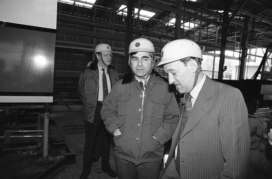 1985年3月10日,哈佛大學教授傅高義與馬薩諸塞州州長Michael Dukakis在日本大阪市拜訪一家火車客車製造商。