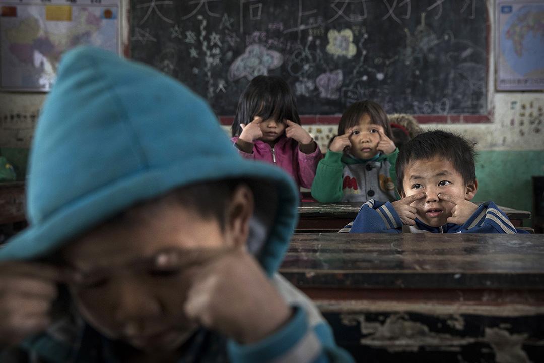 2016年12月16日中國安順,農村的留守兒童在一家學校上課。