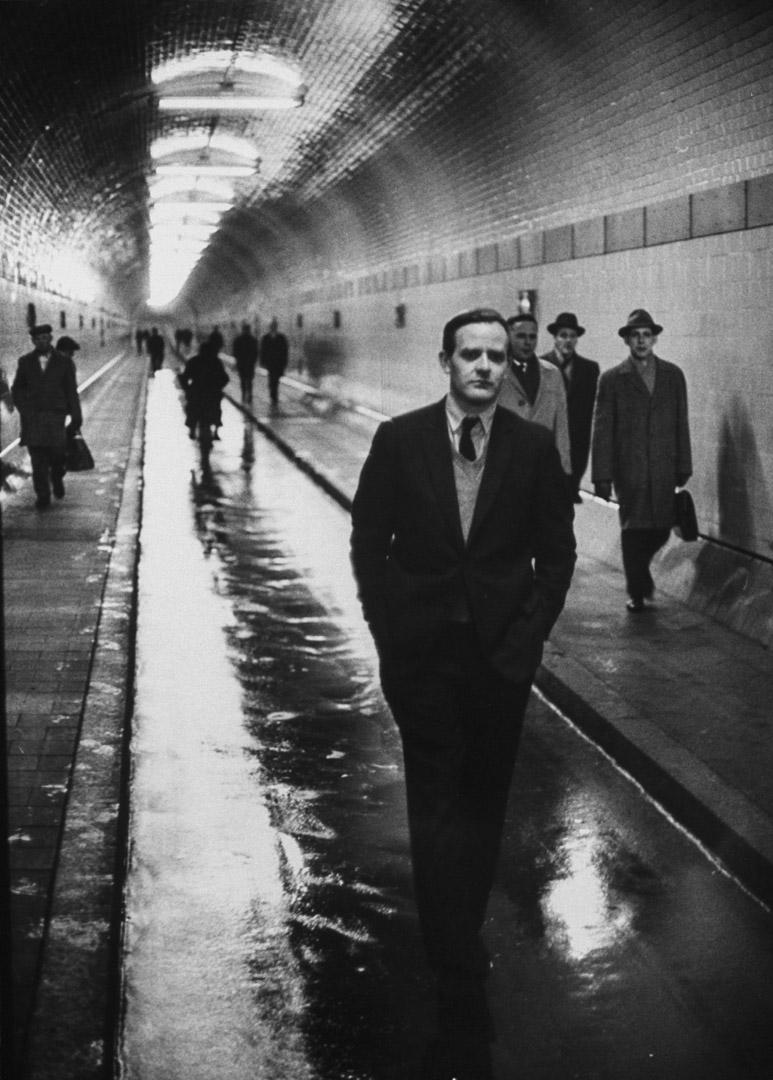 1964年,約翰·勒卡雷(John le Carré)在康沃爾的行人隧道內行走。