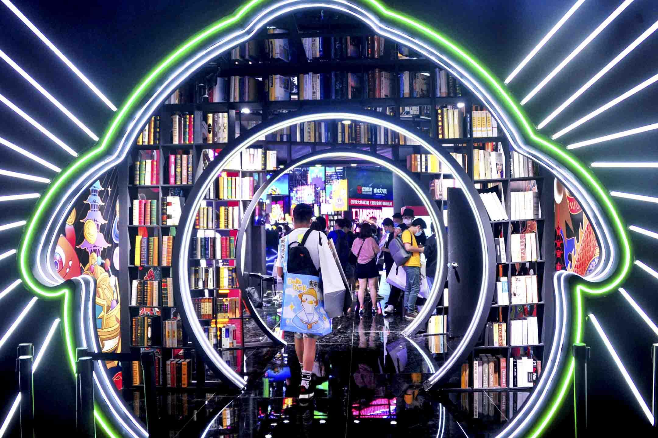 2020年7月31日,中國數字娛樂展覽在上海舉行,市民在內參觀。 攝:Yang Jianzheng/VCG via Getty Images
