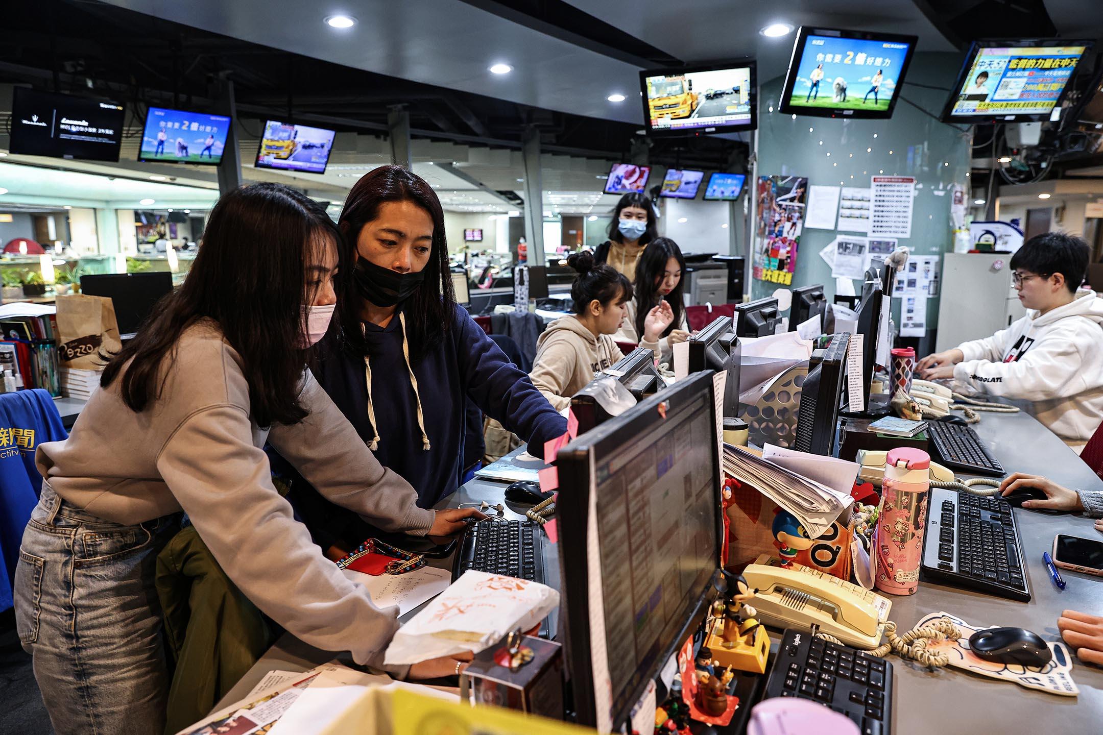 2020年12月10日台北,記者於中天電視台工作。 攝:Ann Wang/Reuters/達志影像