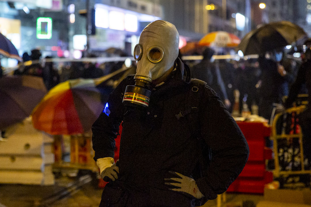 2020年1月1日,民間人權陣線發起「元旦大遊行」,遊行提前於下午五時半終止,入夜後有示威者逗留,包括這名蒙面示威者。 攝:林振東 / 端傳媒