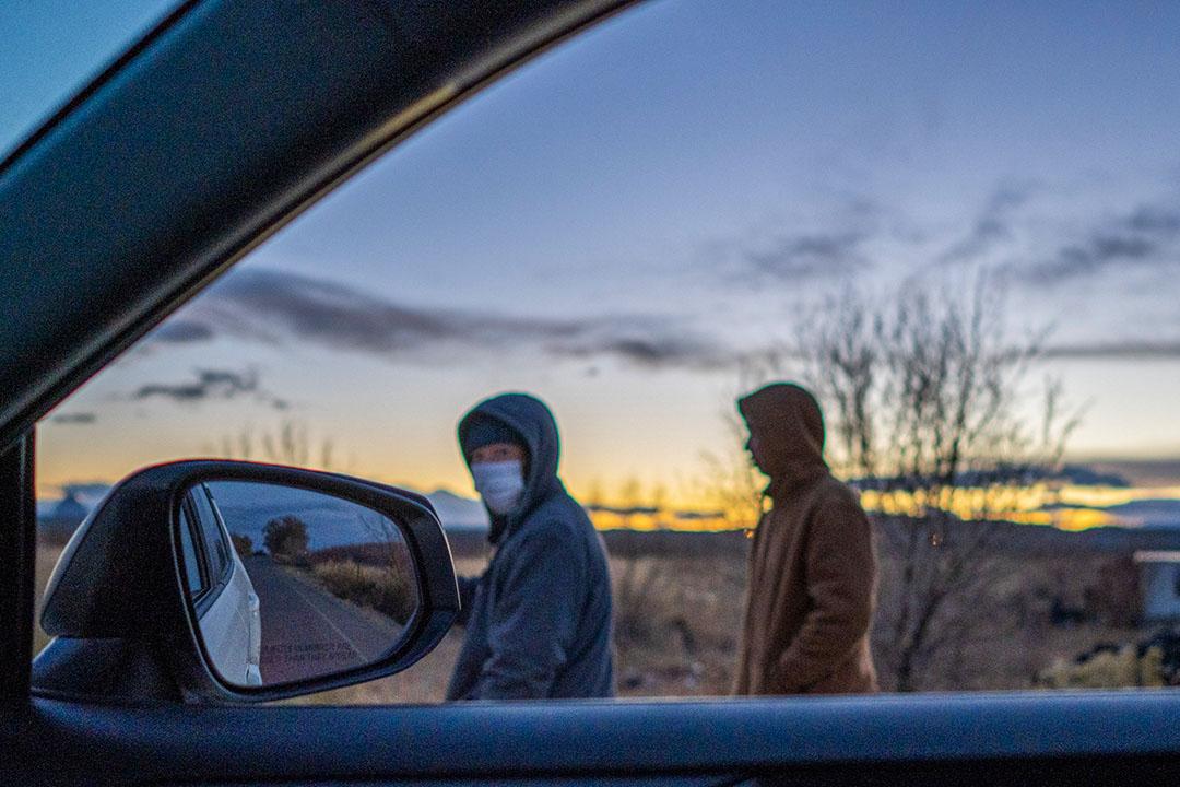 在警方緝毒之後,一些農場上的工作行走在到路邊,等待車子來接他們走。