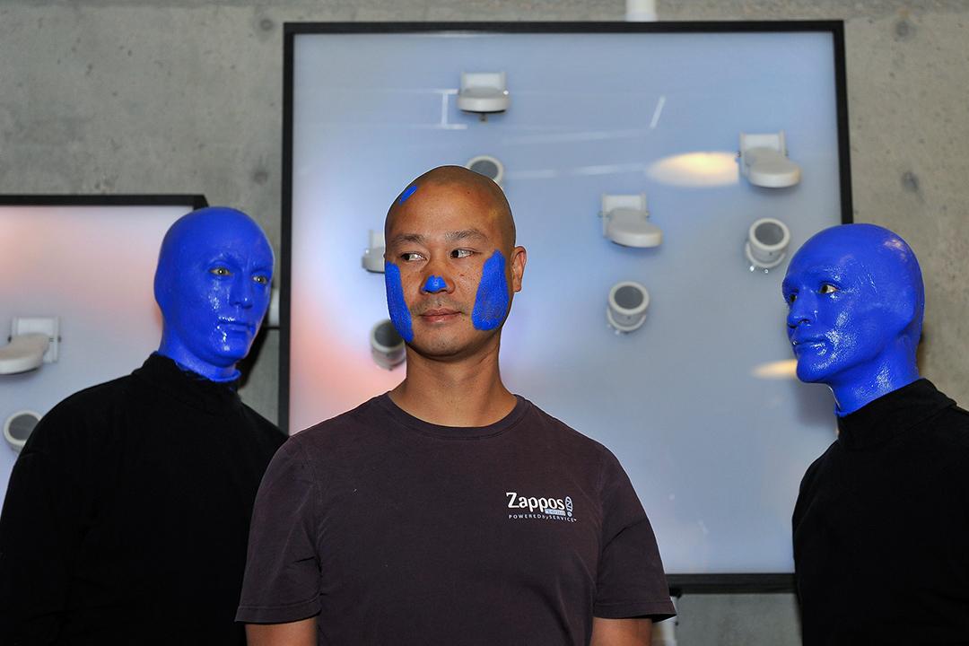 """2014年5月14日內華達州,Zappos.com首席執行官謝家華在內華達州拉斯維加斯的Zappos總部舉行的"""" ShoeZaphone""""揭幕儀式上。 攝:David Becker/Getty Images"""
