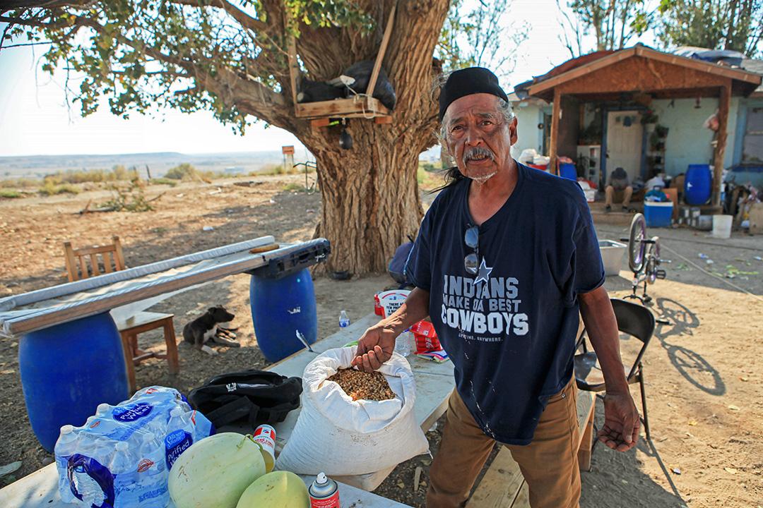 納瓦霍人Joseph Ben Jr.祖孫三代在當地務農,種植玉米等作物。