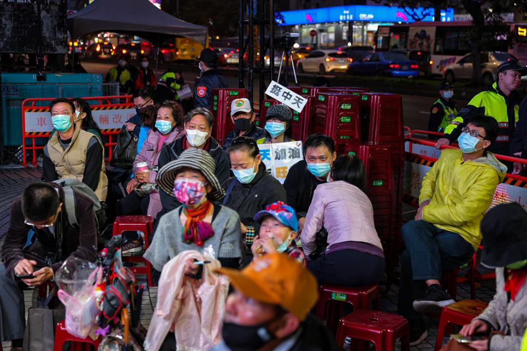 2020年12月10日台北,中天新聞台舉行倒數直播活動,支持者在外觀看。