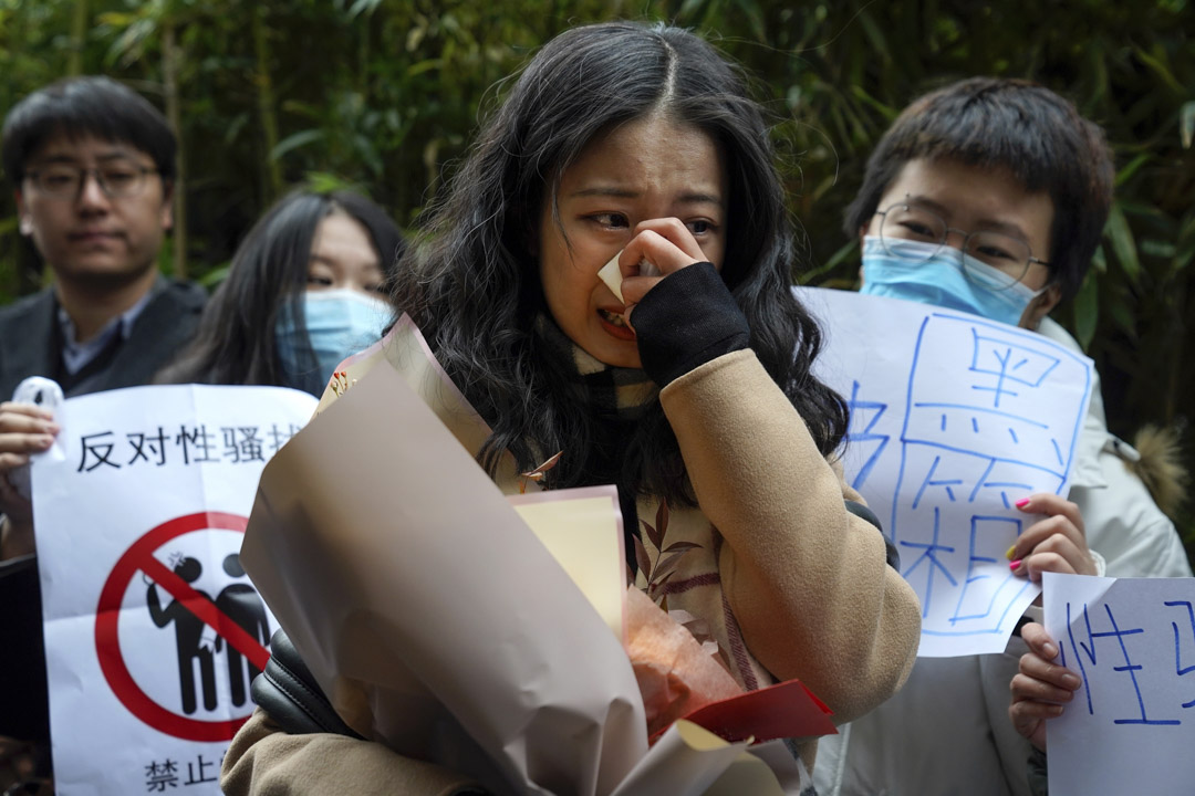 2020年12月2日,弦子在海澱區人民法院外向支持者講話時哭泣。