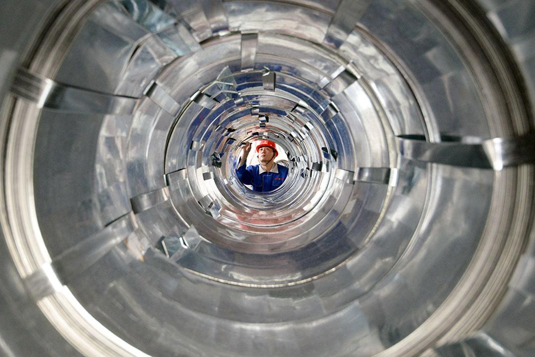 2020年7月16日中國河北邯鄲,一名員工在一家鋼鐵製品廠的車間工作。