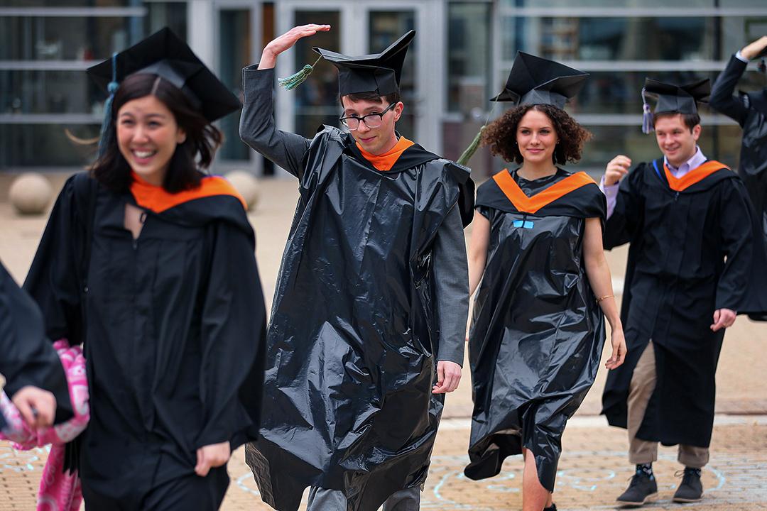 2020年3月12日美國馬薩諸塞州,2019年冠狀病毒流行期間,即將畢業的學生穿著塑膠垃圾袋。 攝:John Tlumacki/The Boston Globe via Getty Images