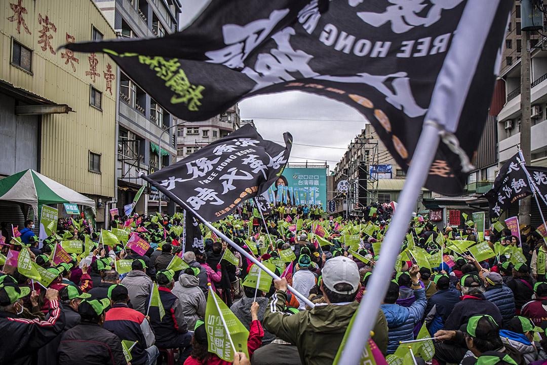 2019年12月7日台南,一個蔡英文的選舉造勢大會,支持者舉起「光復香港時代革命」的旗幟。
