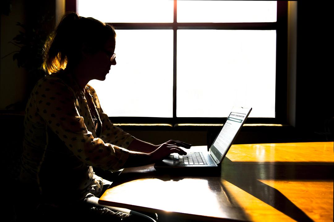一名女士正在使用電腦。