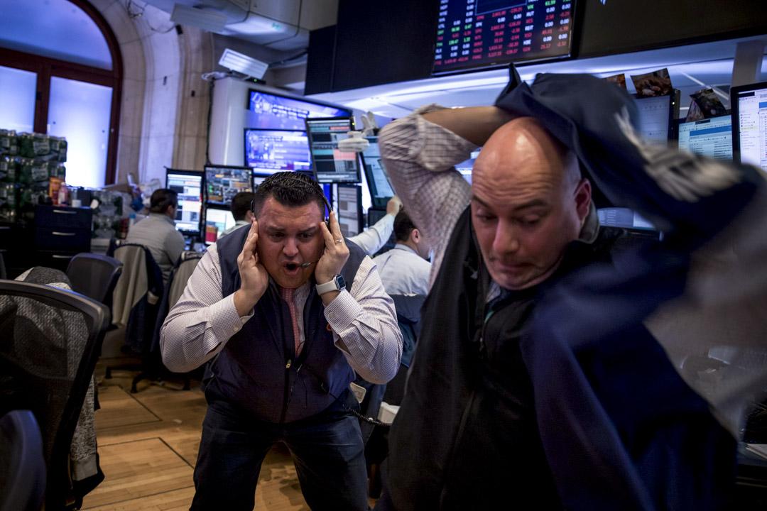 2020年3月12日,全球股市因疫情而全面下跌,美國紐約證券交易所的交易員表情緊張。