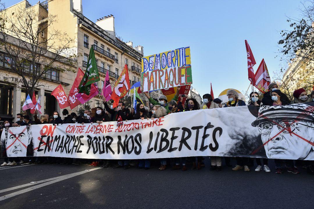 2020年11月28日,法國巴黎,民眾遊行抗議政府限制惡意傳播警察圖像法條。 攝:Julien Mattia/Getty Images