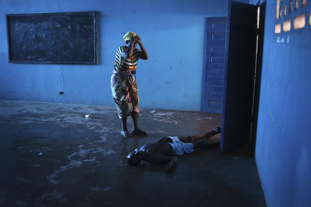 2014年8月15日,利比里亞的伊波拉病毒再次爆發,一名患者倒在地上。
