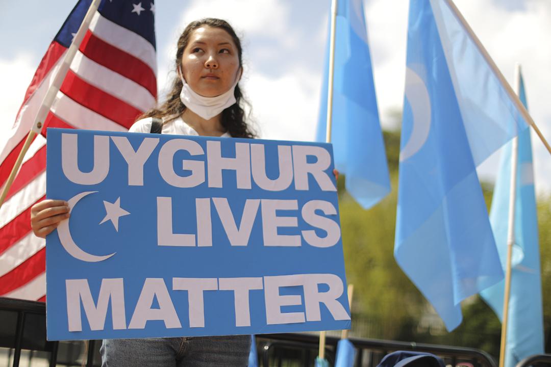 2020年8月14日在美國白宮外,「東突厥斯坦民族覺醒運動」成員手持標語,促請美國政府因應中方迫害維吾爾族等少數民族,而終止與中方進行貿易談判。 攝:Chip Somodevilla / Getty Images