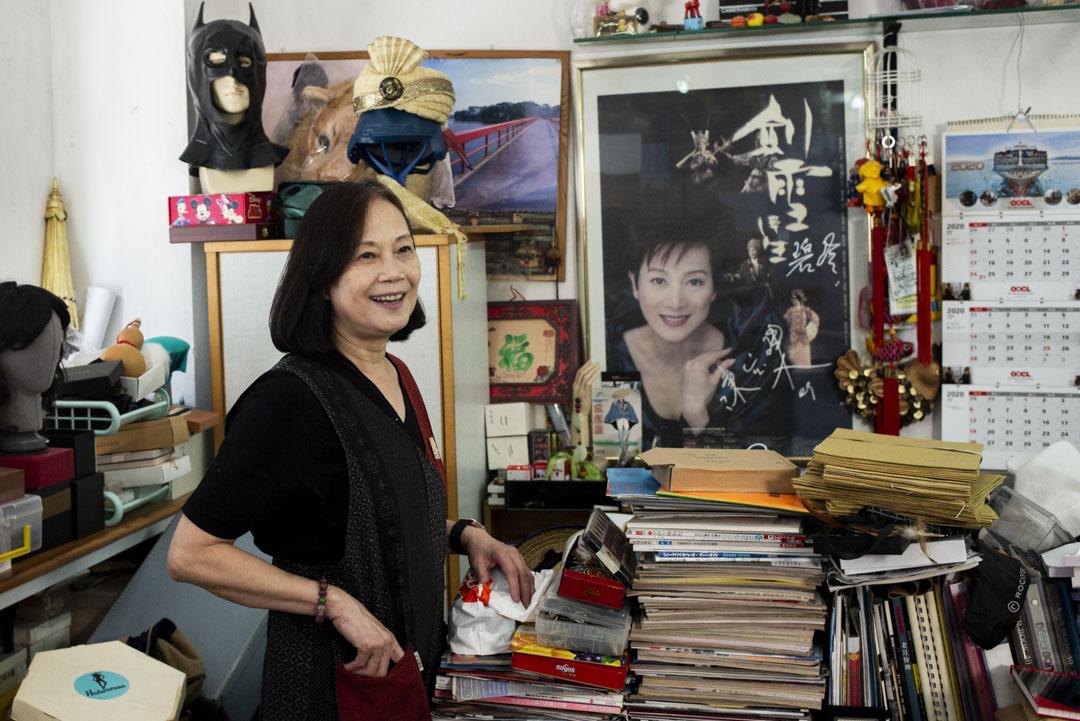 玲姐在辦公室背後牆上掛了偶像陳寶珠的大幅造型照。