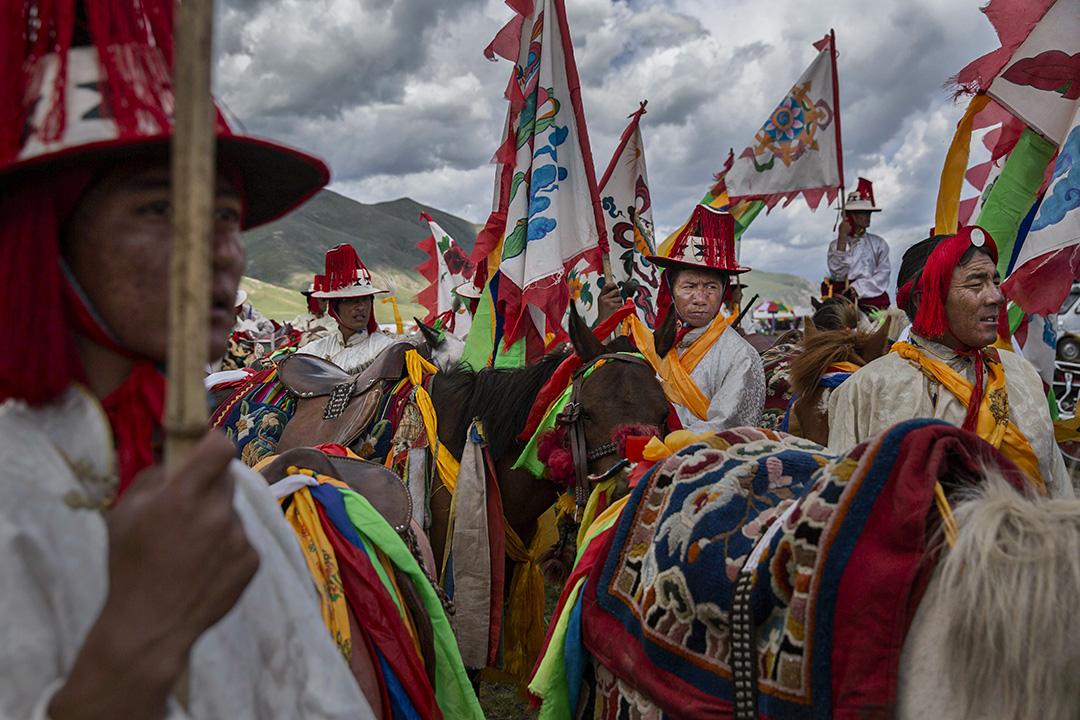 2015年7月26日青海玉樹,西藏遊牧民族在騎馬競技期間。