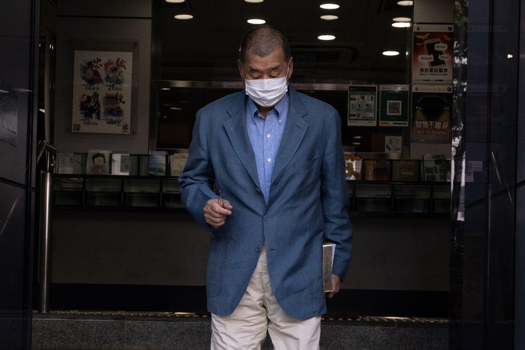 2020年12月28日,黎智英向香港警方報到後離開九龍城警署。 攝:Isaac Wong/Getty Images