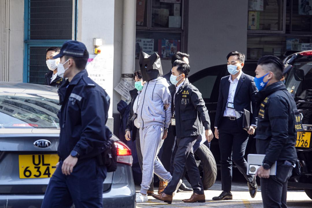 2020年12月30日,十二港人案中的其中兩名未成年港人,於今早11時多移交本港警方,由警員押送抵達天水圍警署。 攝:陳焯煇/端傳媒