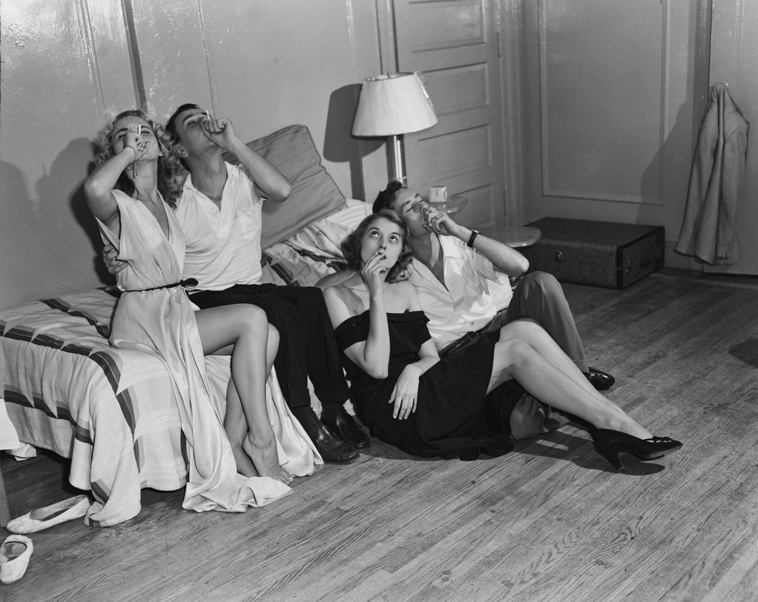 1950年,年輕男女在聚會上抽大麻。