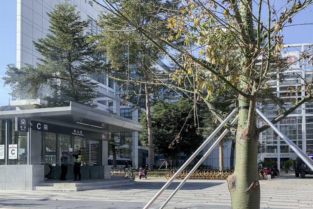 深圳鹽田法院12港人案開審,保安嚴密,法院附近的一個海山站出口關閉。