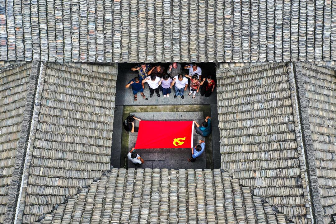 2020年7月1日在中國湖南省永州市,一批中國共產黨員正舉行活動,包括進行入黨宣誓儀式。 攝:Costfoto / Barcroft Media via Getty Images