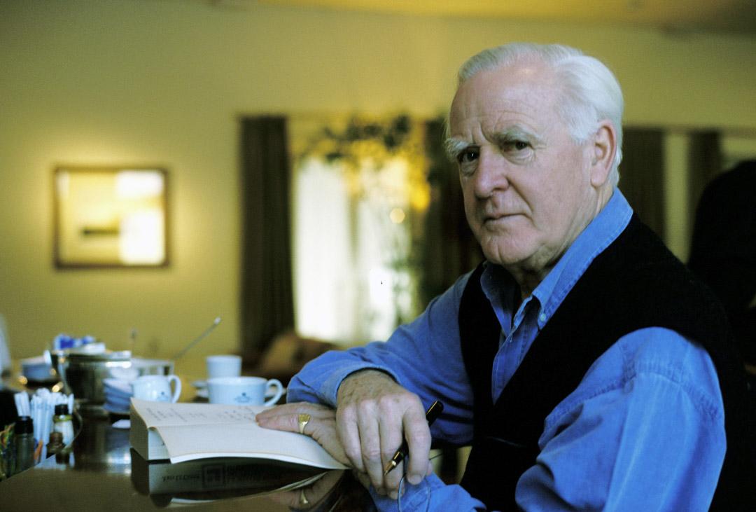 英國小說家約翰·勒卡雷(John le Carré)於12月12日在英國康沃爾去世,終年89歲。圖為勒卡雷拍攝2001年。 攝:Leonardo Cendamo/Getty Images