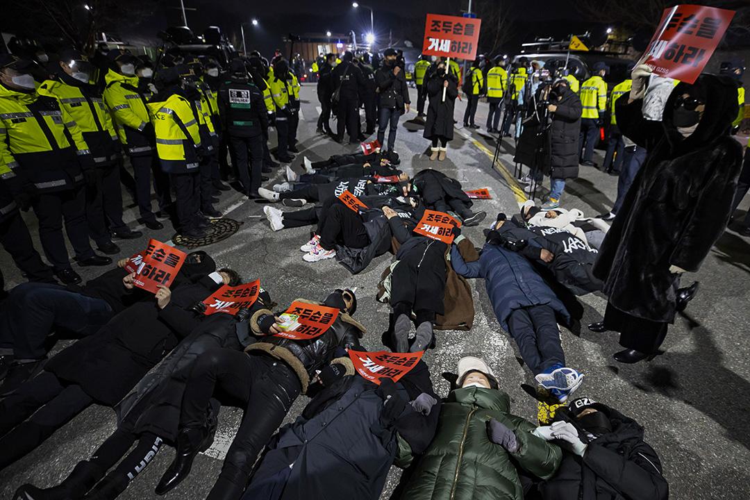 2020年12月12日韓國首爾的監獄前,抗議者躺在路上反對釋放趙斗淳。 攝:Yun Dong-jin/Yonhap via AP/達志影像